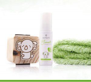 Das nährende Baby-Bio-Öl Produktfoto: Weiße Pumpflasche mit grüner Aufschrift Baby Massage Öl rechts ein grünes Kuschelhandtuch, links ein Holzwürfel mit einer Zeichnung die einen Koalabär zeigt