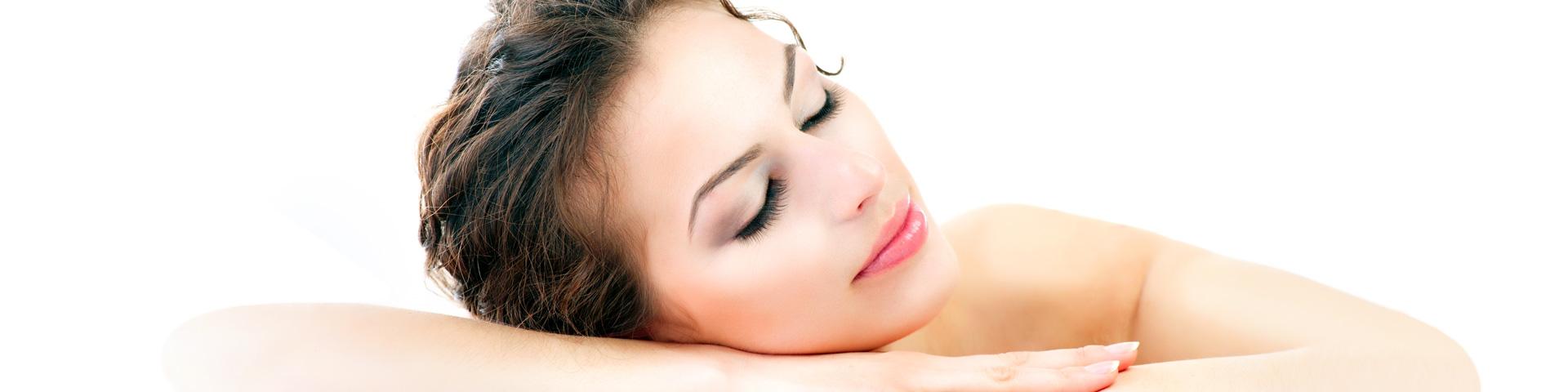 Gesichtsreinigung und Peeling. Junge Frau mit dunklen Haaren liegt mit geschlossenen Augen auf Ihren Arm