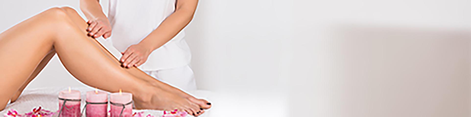 Harzen sicher & effektiv Frauenbeine, die geharzt werden
